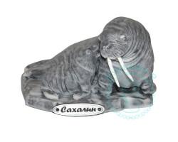 Самка моржа с детешынем мрамор.кр.